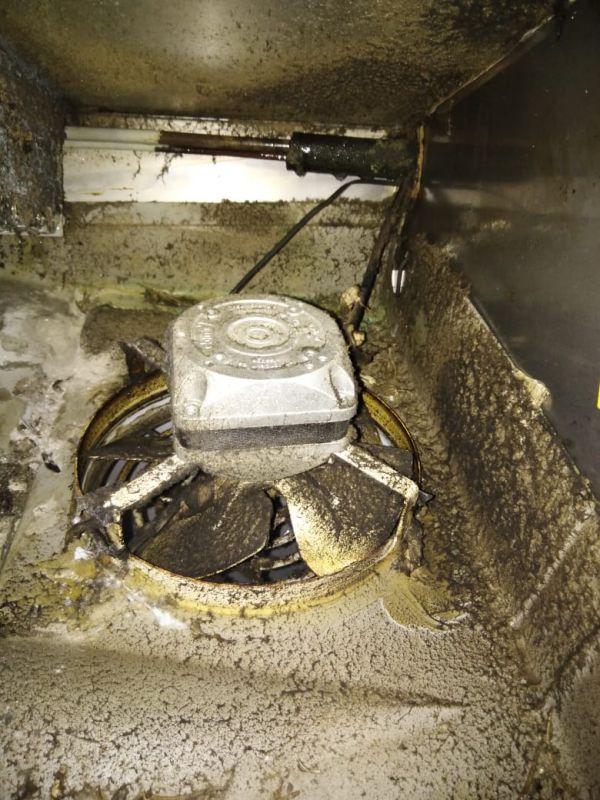 Забитый слив холодильного стола с двигателем - РЕМТОРГ